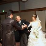 新婦父から新郎へ。 熱い握手が交わされました。